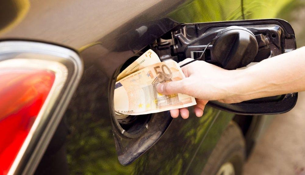 El precio del litro de diésel y gasolina subirá en dos fases, hasta 2022. Calculamos cuántos nos costará llenar el depósito.