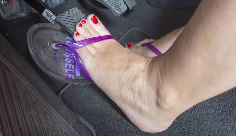 Llevar un calzado como las chanclas mientras se conduce puede suponer una multa, según la Guardia Civil