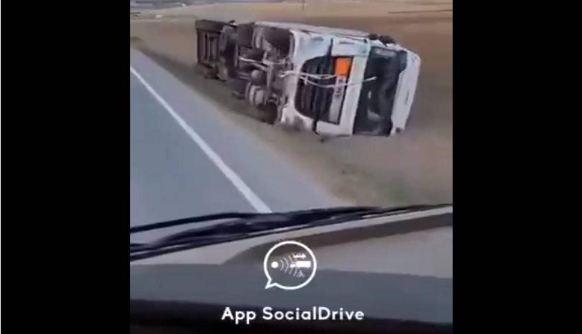 Vuelco de coches y camiones por el fuerte viento imagen SocialDrive
