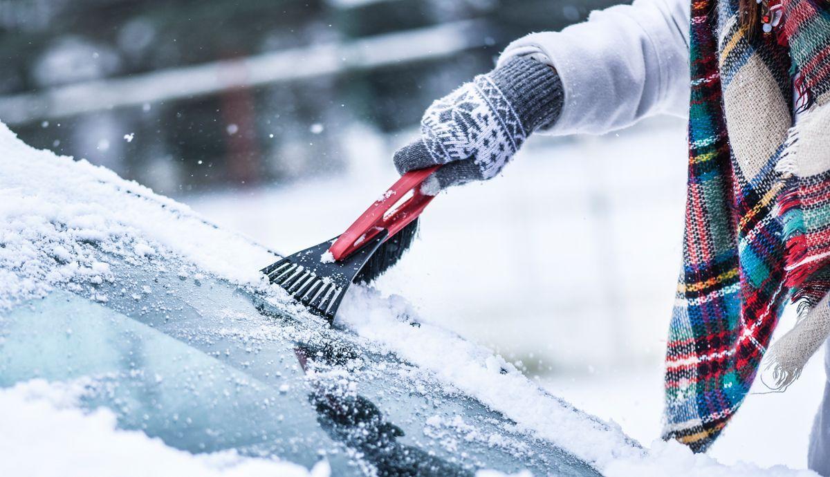 Los mejores trucos de la DGT para quitar el hielo del parabrisas: y qué no debes nunca hacer.