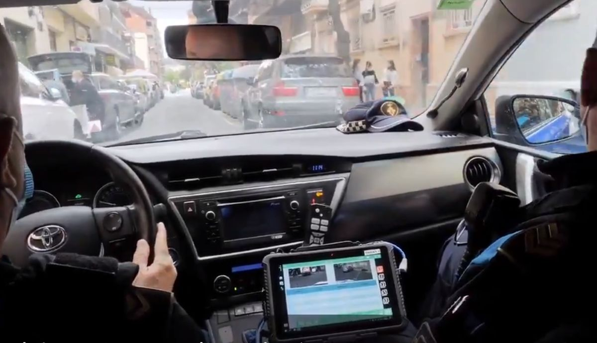 This is the new police car with a camera: fine for double row, if you do not have ITV or insurance ... Video and photo: Guardia Urbana Lleida.