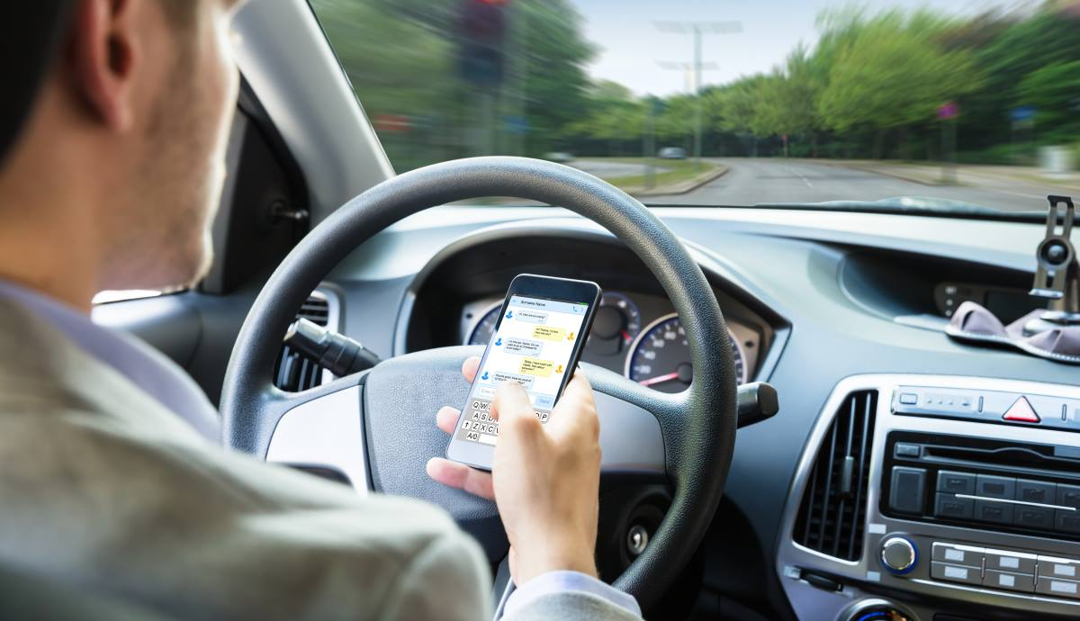 The fine for using the mobile phone will be harsher and will also be sanctioned even if you don't use it. Image iStock