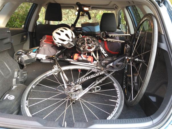 Cargado el Toyota Auris Hybrid con todo el material de triatlón