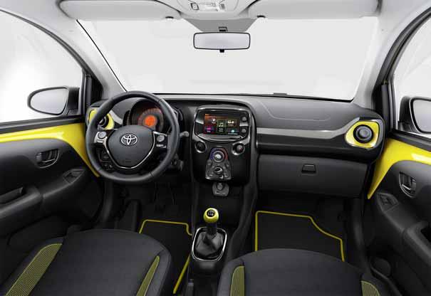 Toyota Aygo x-cite amarillo interior
