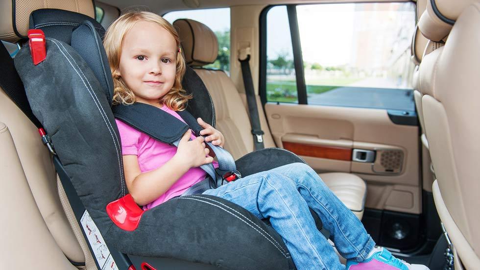 Así deberán viajar los niños en el coche a partir del 1 de octubre de 2015