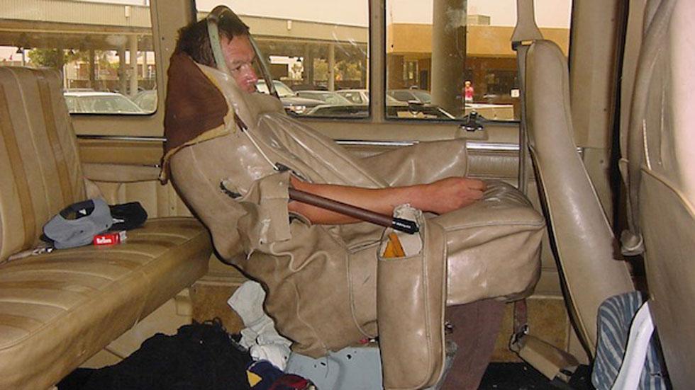 Se disfraza de asiento de coche para cruzar la frontera