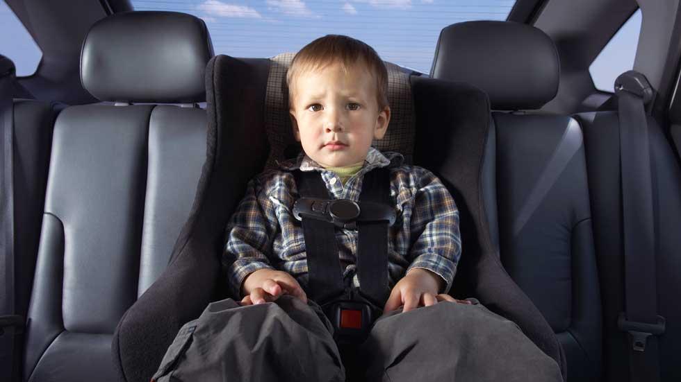 Si eres menor y mides menos de 1,35 m, no puedes viajar en el asiento delantero
