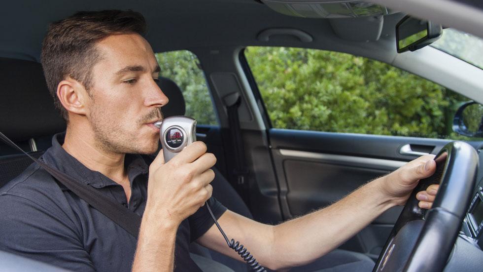 Un sevillano patenta un sistema que evita conducir el coche en estado ebrio
