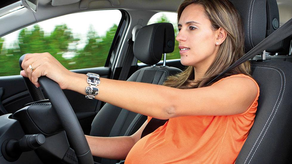 Consejos para conducir embarazadas: conducción al volante segura