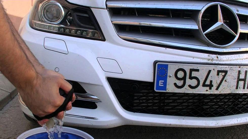 Trucos para quitar los insectos del parabrisas del coche