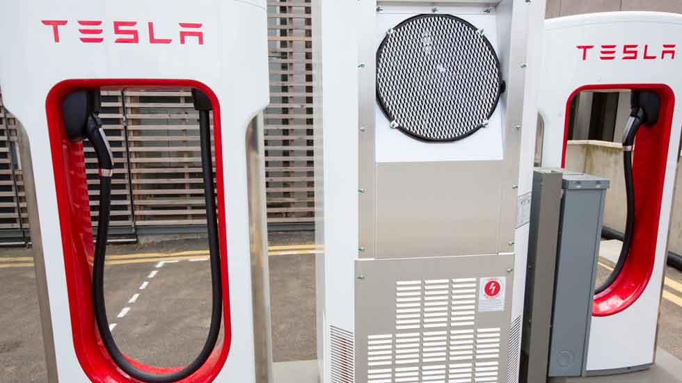 Industria autoriza los supercagadores de Tesla