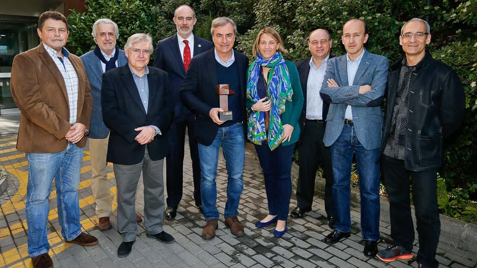 Carlos Sainz recibe el premio Abrazote de Manolo