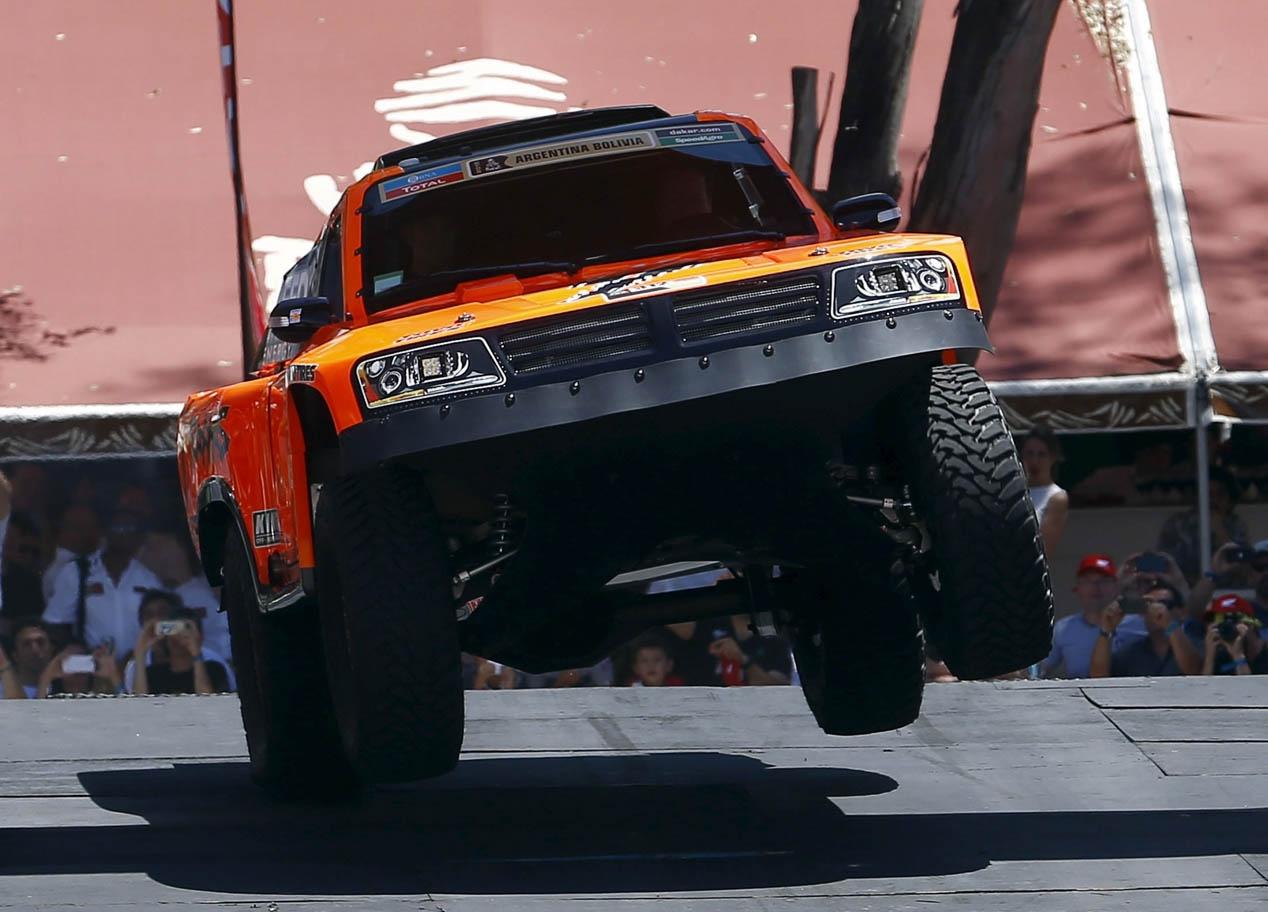 El Dakar 2016 empieza accidentado en coches