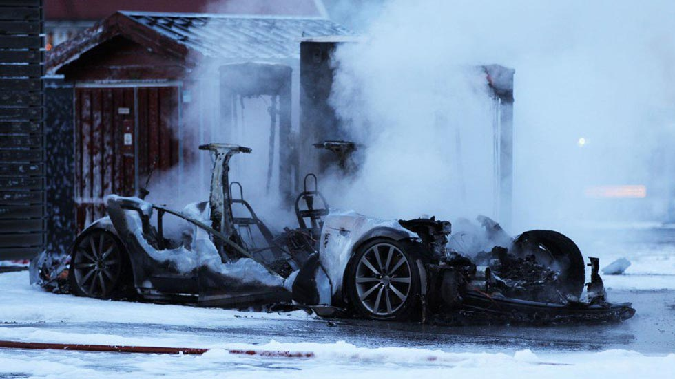 Un Tesla Model S se incendia mientras se cargaba (vídeo)