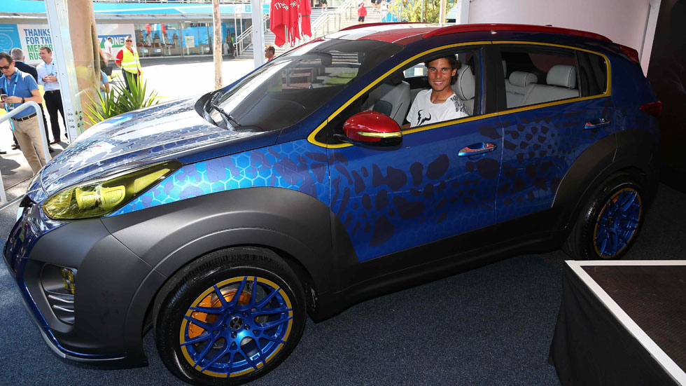 Rafa Nadal se sube en el nuevo Kia X-Car