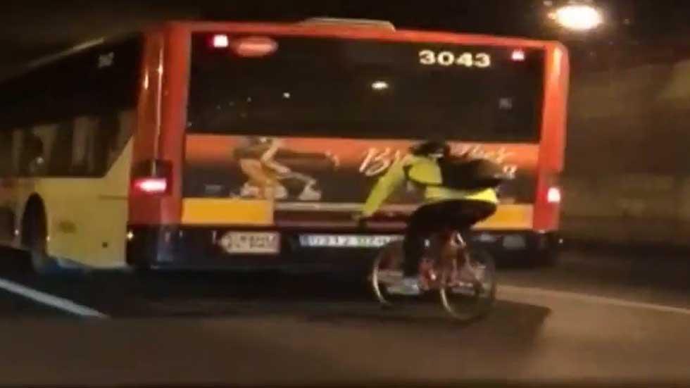 Un ciclista a 70 km/h al rebufo de un autobús