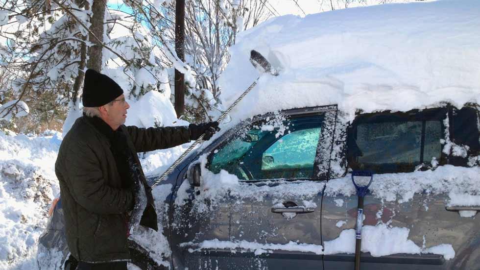Quitar la nieve tras una nevada, por economía y seguridad
