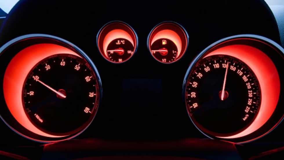 Dudas: ¿por qué el velocímetro del coche sigue con error?