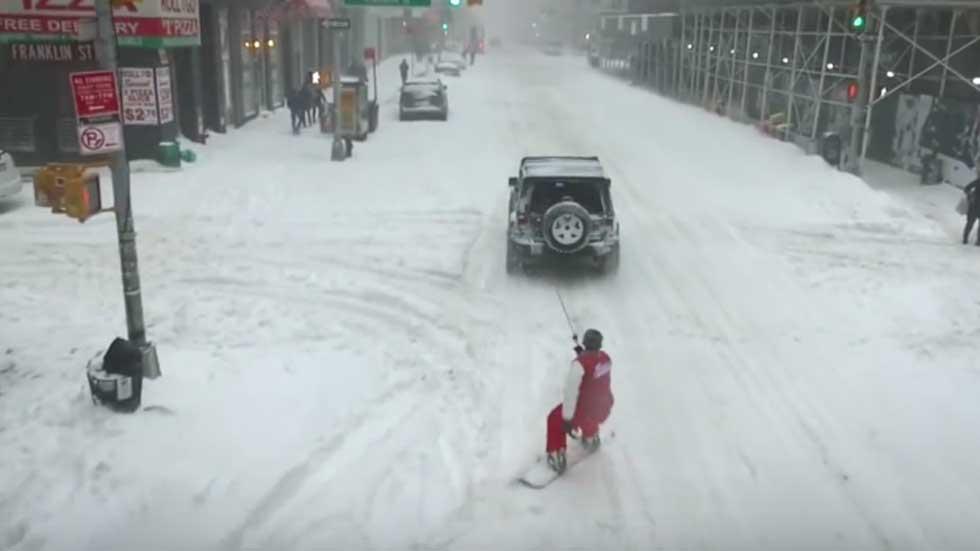 Hacen snowboard por las calles de Nueva York y atados a un coche (vídeo)