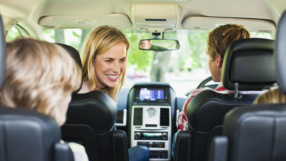 El comportamiento de los padres cuando viajan con los hijos en el coche