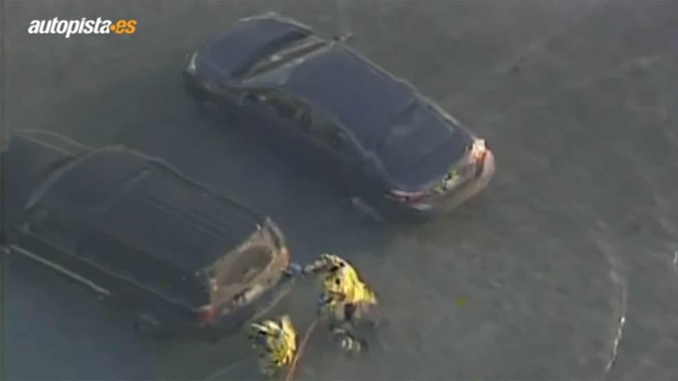 15 coches se hunden en un lago en EE.UU. al derretirse el hielo (vídeo)