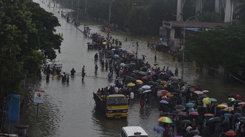 Coches de lujo a precios de risa en la India tras las inundaciones