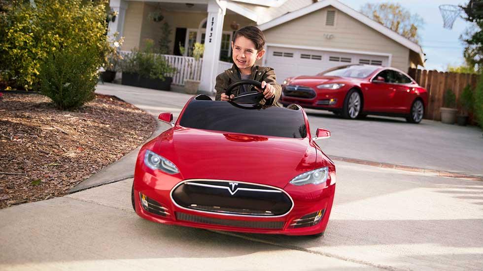 El Tesla Model S de juguete ya lo pueden conducir los niños