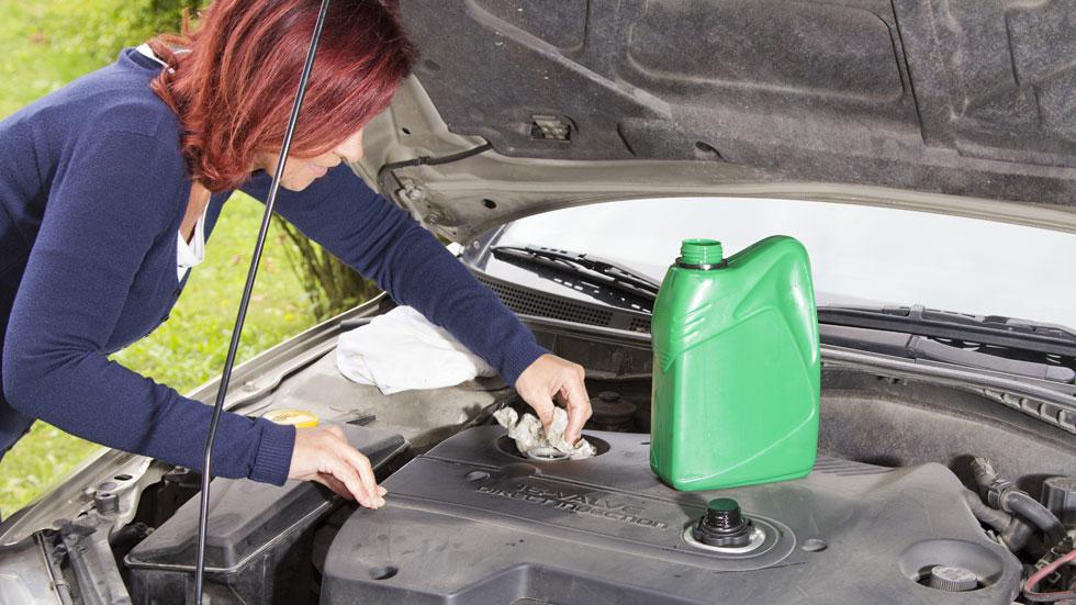 C mo dejar reluciente el motor de tu coche for Como lavar el motor de un carro