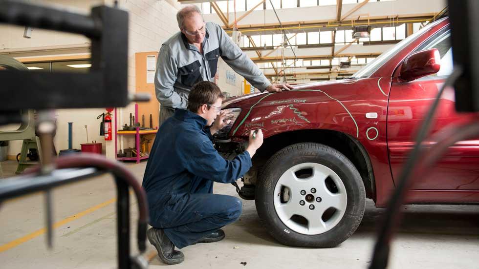 Dudas: ¿puede arreglar uno mismo un golpe de chapa en el coche?