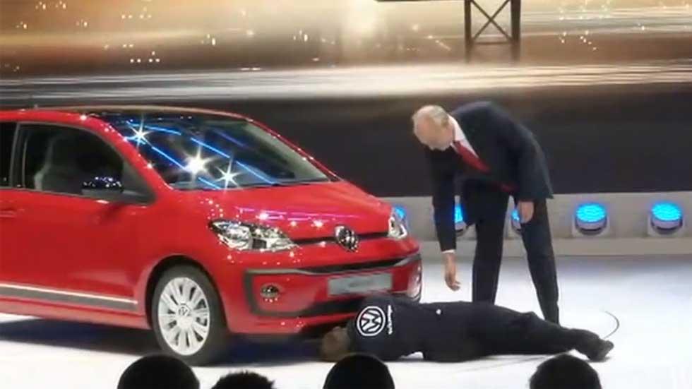 Salón de Ginebra 2016: un hombre disfrazado de mecánico boicotea la presentación de Volkswagen