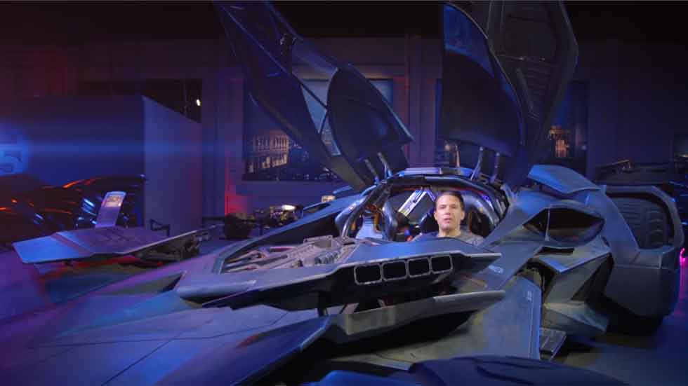 El actor Ben Affleck sorprende a sus fans subido al Batmóvil (vídeo)