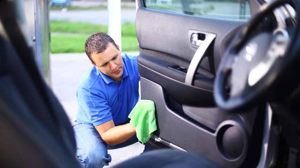 C mo cuidar y abrillantar los pl sticos del coche - Limpiar el interior del coche ...