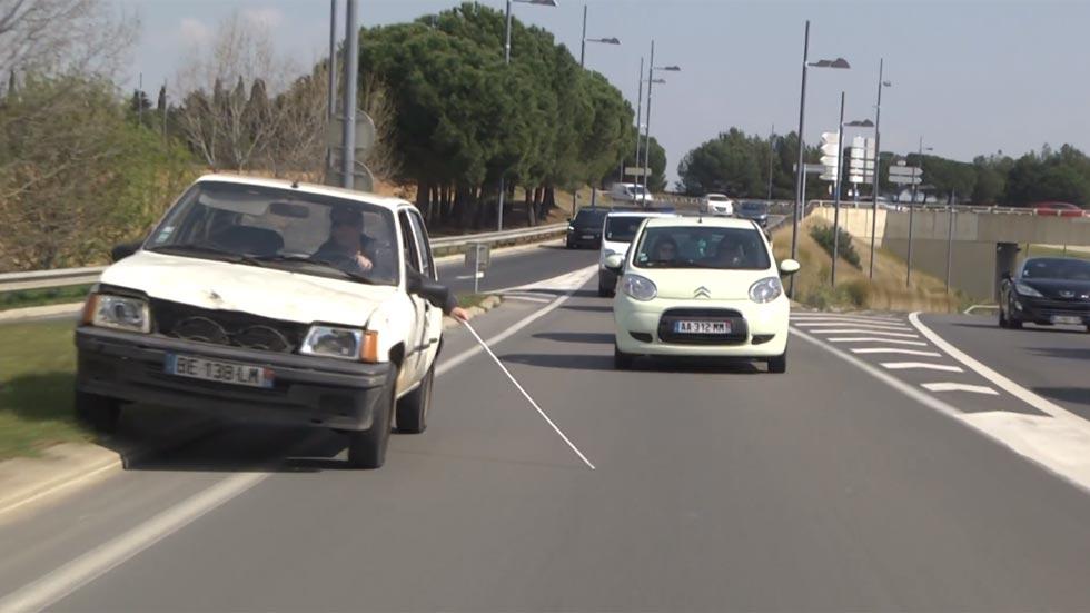 Un ciego siembra el caos conduciendo un coche (vídeo)