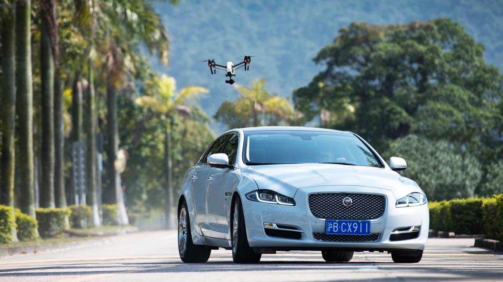 Un Jaguar XJ se enfrenta a un dron en una persecución de cine (vídeo)
