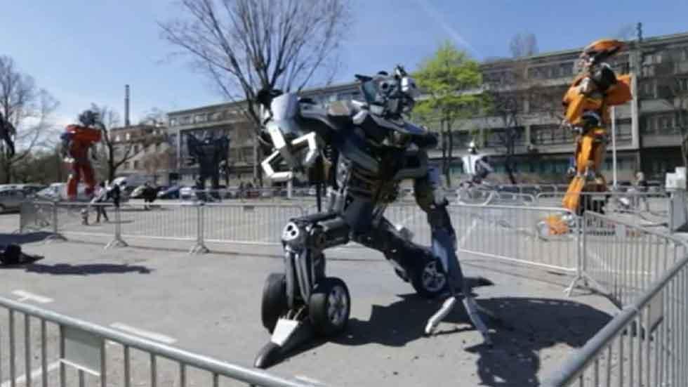 Esculturas gigantes de Transformers hechas con chatarra de coches (vídeo)