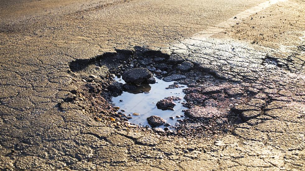 Daños en el coche por mal estado de la carretera. ¿A quién reclamar?