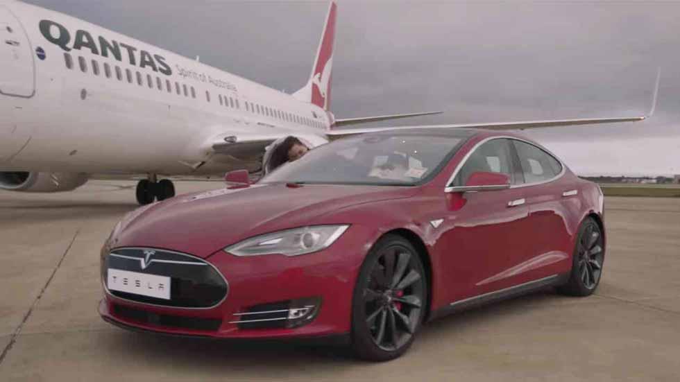 El Tesla Model S reta a un avión Boeing 737-800 (vídeo y fotos)