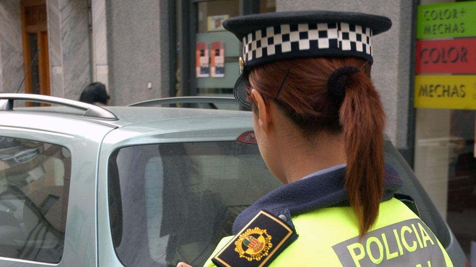 Multada con 800 € por increpar a policías que aparcaron en parada de autobús