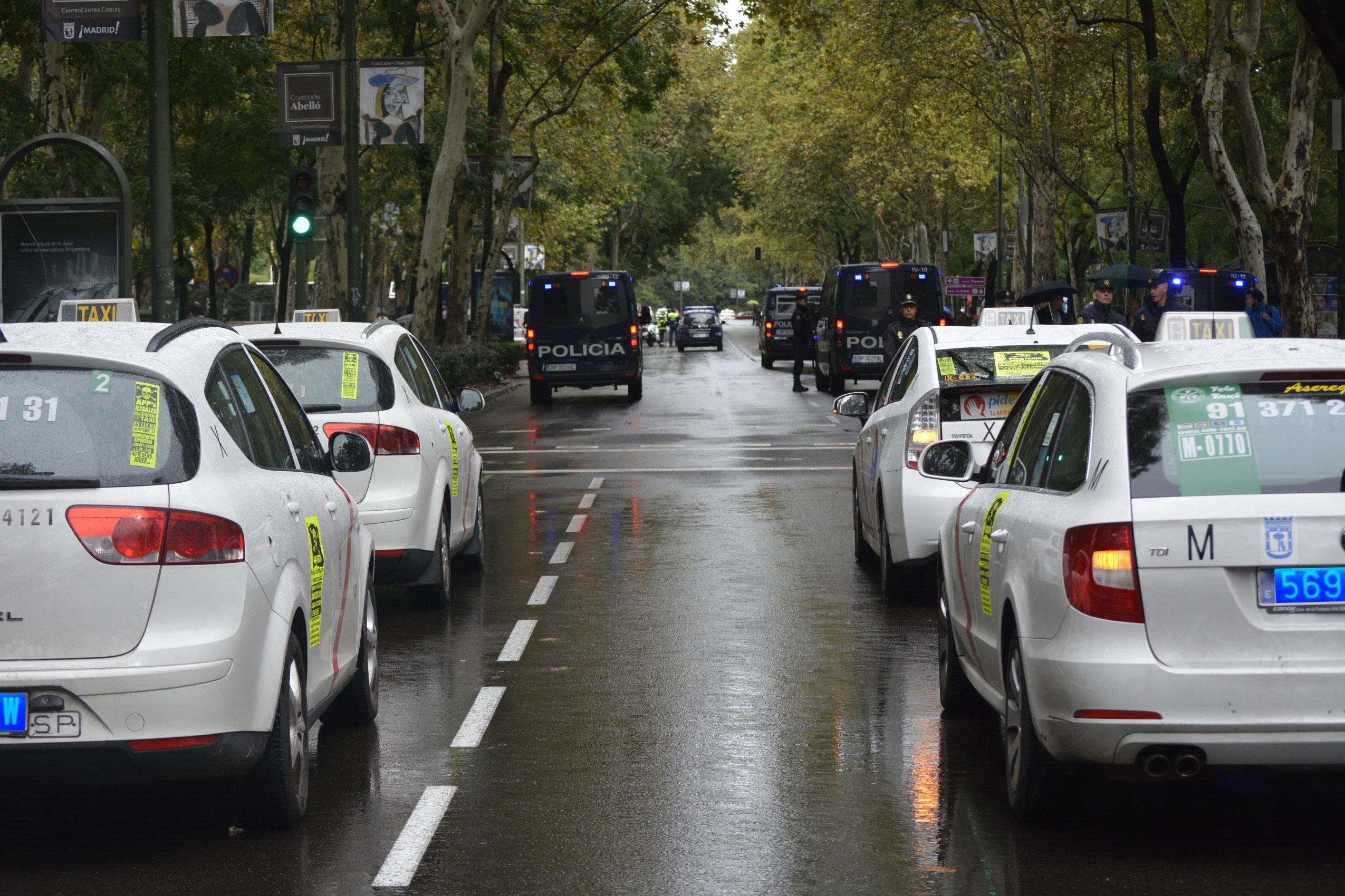 ¿Taxis y coches con conductor con matrículas azules? Lo pide Podemos