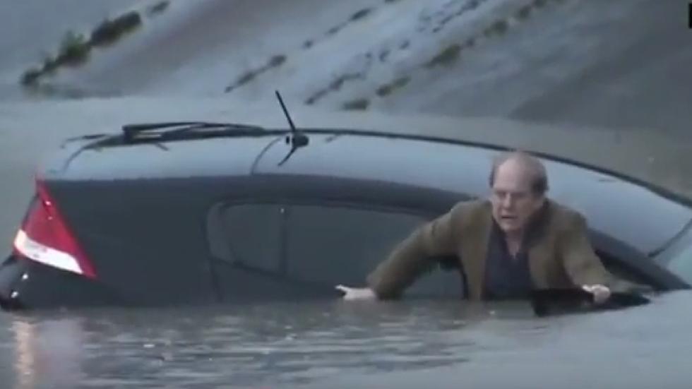 Un hombre escapa de su coche justo antes de hundirse (video)