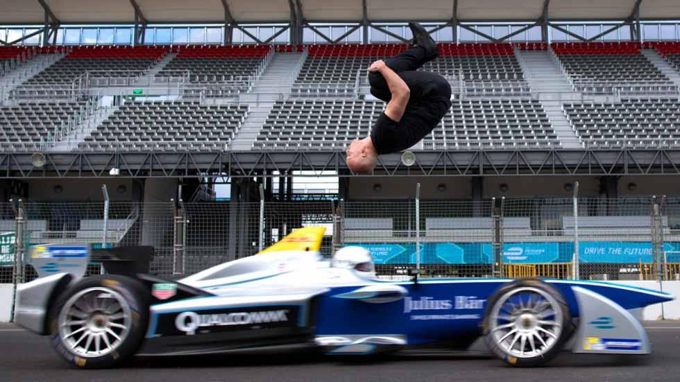 ¿Conseguirá realizar un salto mortal hacia atrás sobre un Fórmula E? (vídeo y fotos)