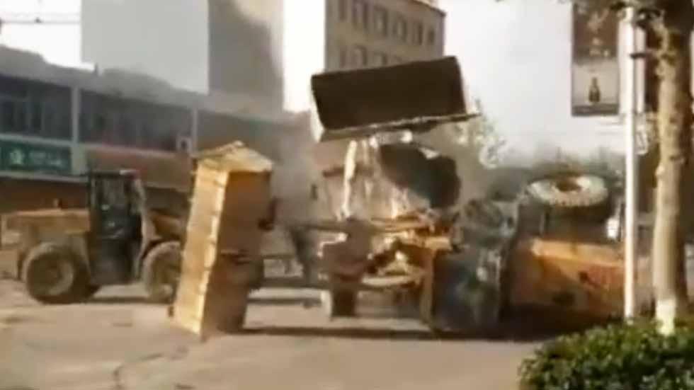 Espectacular pelea de excavadoras en una calle de China (vídeo)