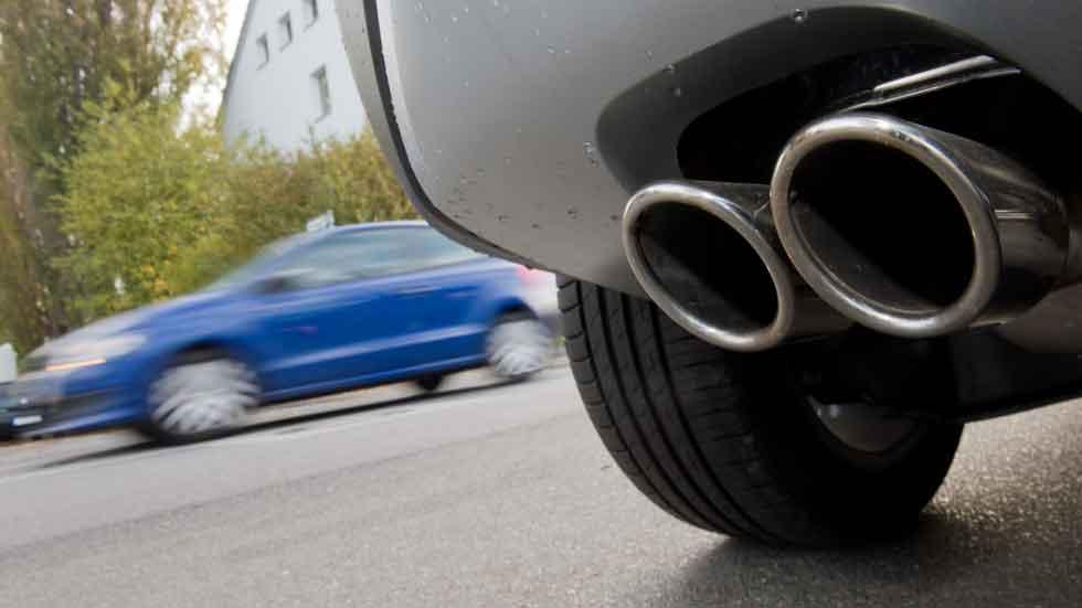 Conducir a baja velocidad contamina más, según un nuevo estudio