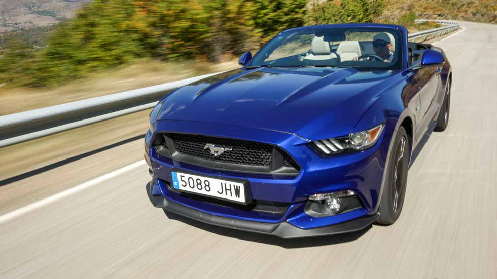Ford Mustang Convertible 5.0 V8, al galope en modo descapotable
