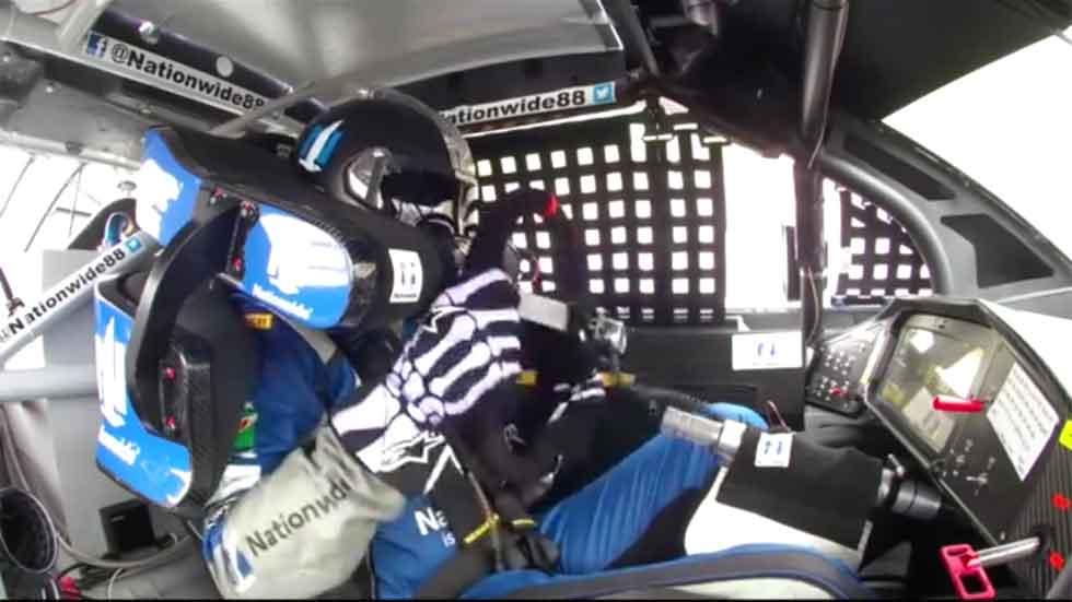 Se queda con el volante en la mano en plena carrera de la Nascar (vídeo)