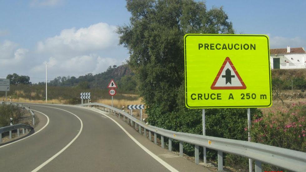 """La DGT prueba la """"señal inteligente"""": alerta si hay coches en cruces"""
