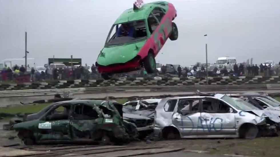 Una competición de salto de coches de lo más 'casera' (vídeo)