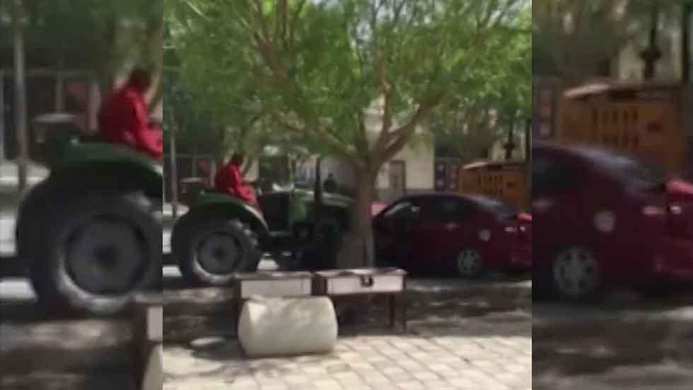 Un tractor destroza los coches que están mal aparcados (vídeo)