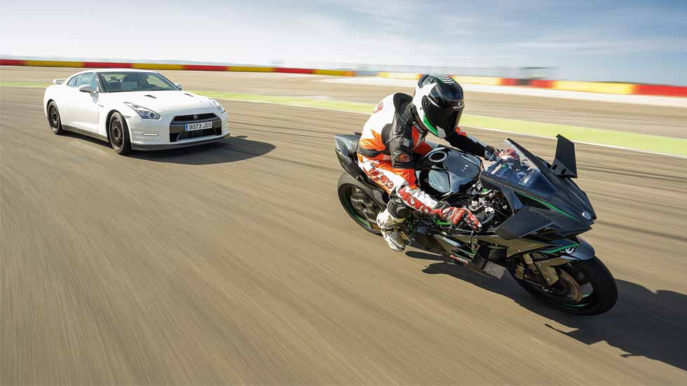 Nissan GT-R Track Edition vs Kawasaki Ninja H2R: ¡brutales!