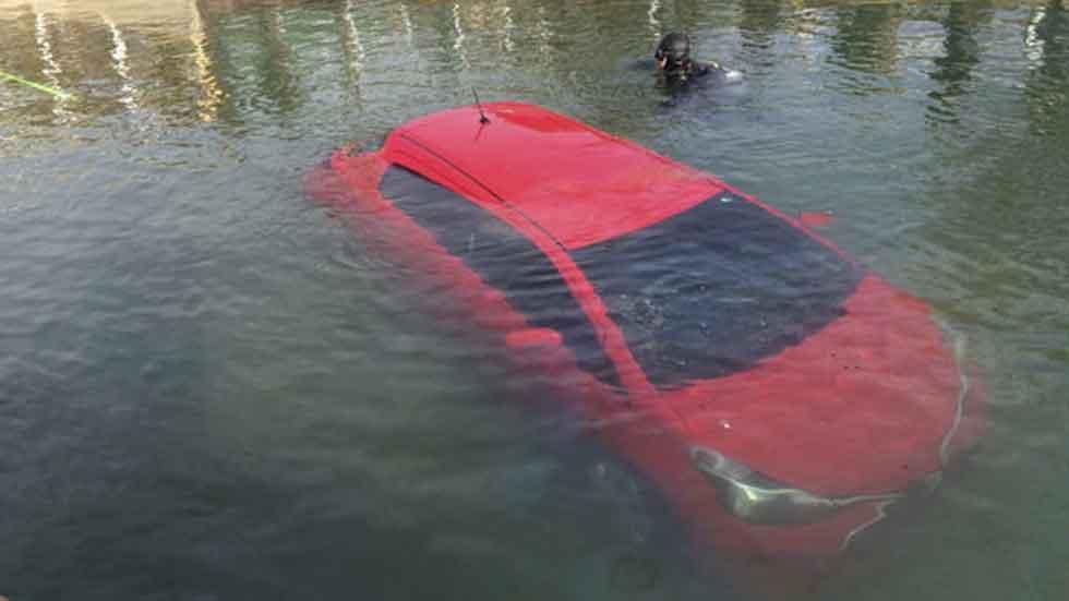 Un error en el GPS lleva a una mujer dentro de un lago